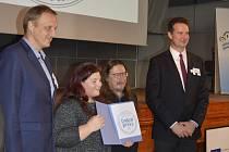 Kulaté razítko Dobré praxe obdrželi ve středu od Národní sítě Zdravých měst zaměstnanci odboru sociálních věcí a školství Městského úřadu v Hodoníně Alžběta Vrbíčková a Milan Janda (uprostřed).