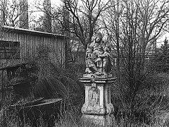 Svatá Anna zapomenutá mezi keři u elektrárny.