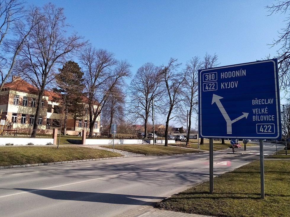 Silnice mezi dvěma obcemi hodonínského okresu Čejč a Čejkovice řidiči přejíždějí v krátkém úseku přes území břeclavského okresu.