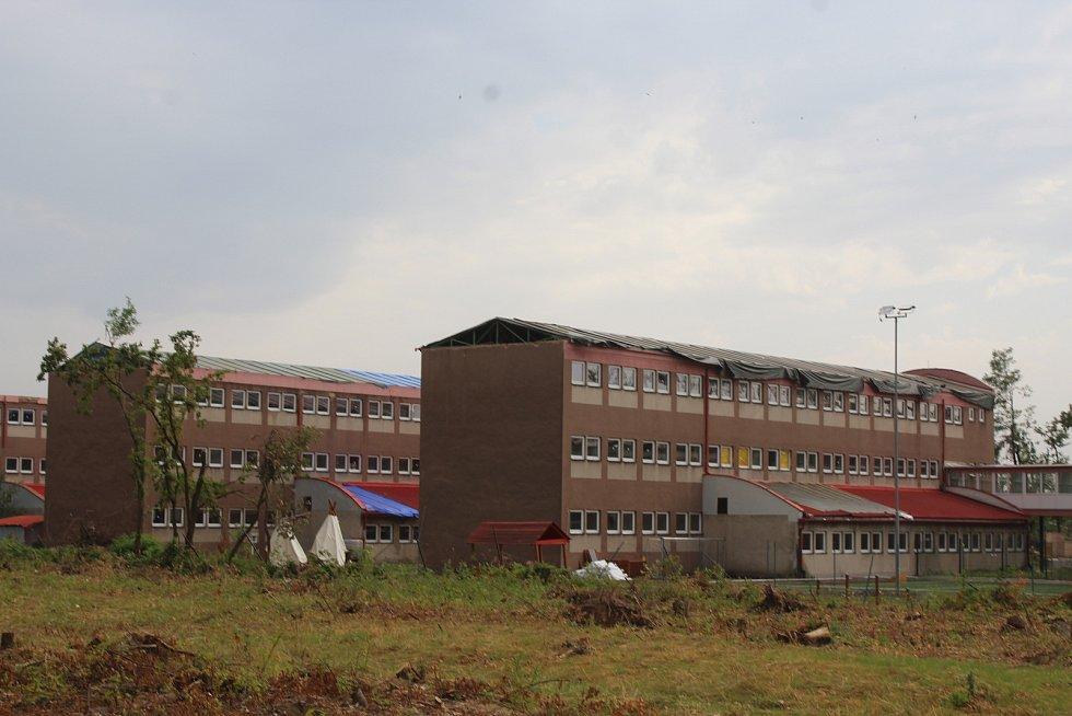 Zaplachtované střechy budov hodonínské základní školy U Červených domků.