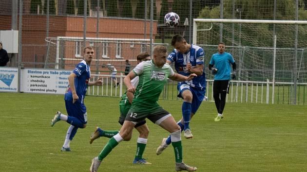 Fotbalisté Bzenec (v zeleném) remizovali v přípravném duelu se Znojmem 2:2.