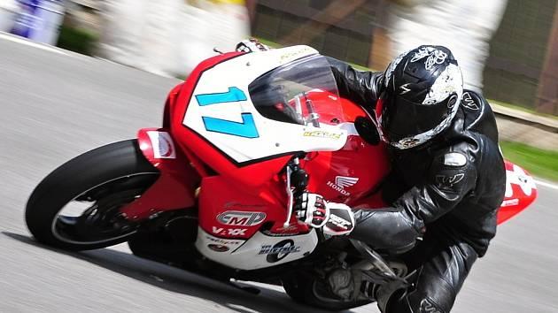 Kyjovský jezdec Olin Hanák závodil v kubatuře do 600 ccm i v Hořicích.