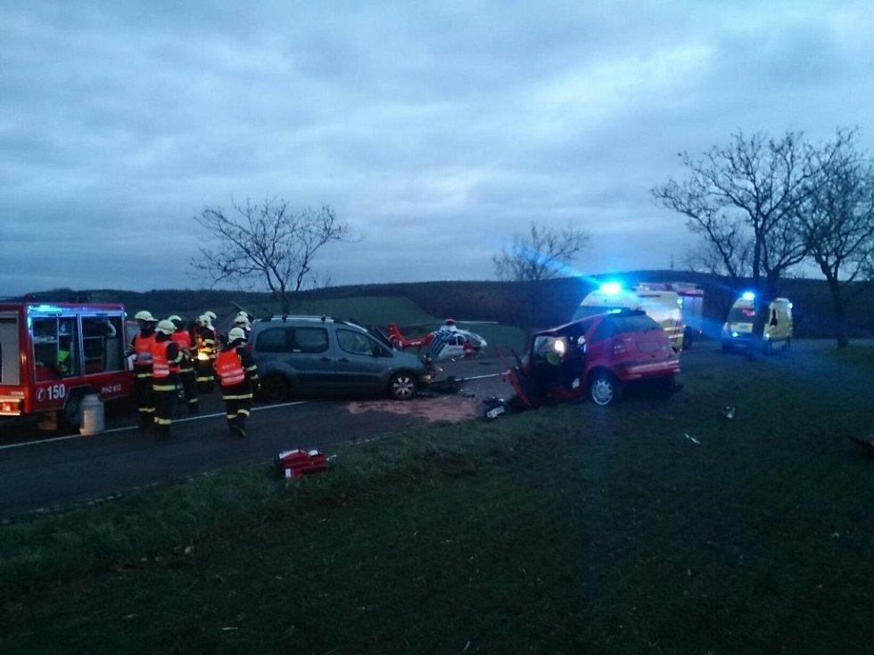 Odstraňování následků nehody pod Strážovickým kopcem.