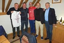 Majitel ligového Slovácka Zdeněk Zemek (zcela vpravo) a předseda FK Hodonín Zbyněk Parma (druhý zprava) se domluvili na spolupráci, což uvítali i nový starosta Hodonína Milan Lúčka (zcela vlevo) a starosta Kyjova František Lukl (uprostřed).