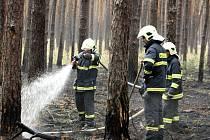 V lese u Bzence opět hořel les. Na požár upozornil cyklista. Na místě zasahovalo devět jednotek i vrtulník.