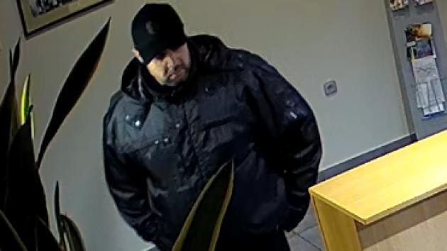 Poznáte hotelového zloděje? Ukradl pokladnu s víc než 10 tisíci a odjel passatem