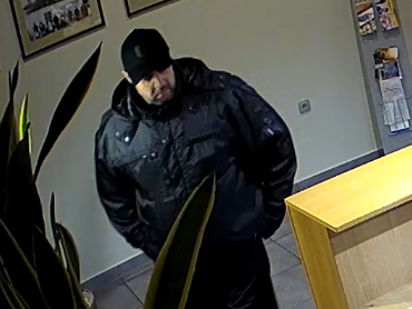 Muže, který ukradl příruční pokladnu z recepce hotelu v Bzenci, hledají strážničtí policisté.