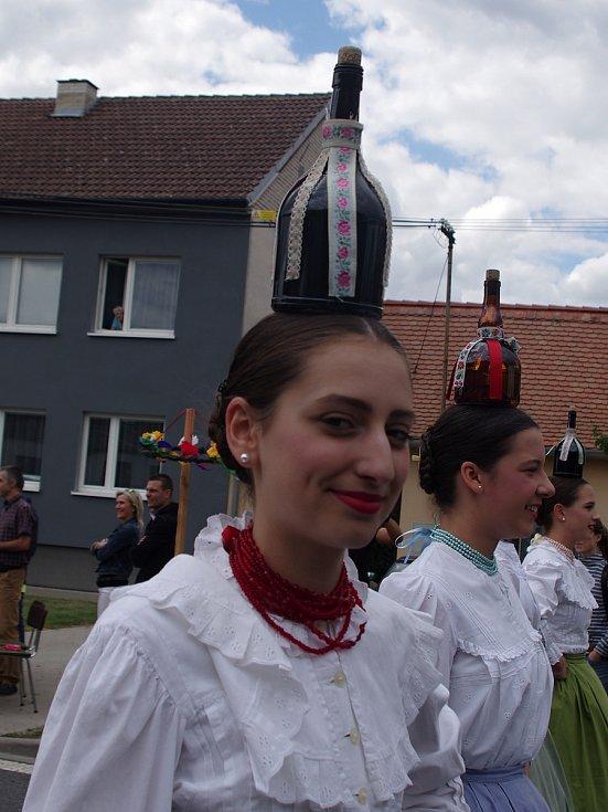 Strážnice o víkendu žila třiasedmdesátým folklorním festivalem. Maďarské tanečnice šly v průvodu jistým krokem i s lahvemi na hlavách.