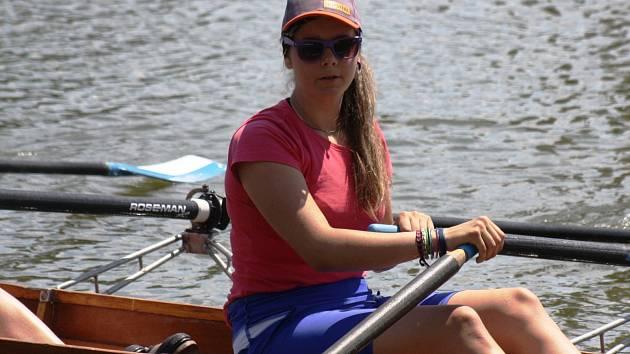 Mladá veslařka Pavlína Flamíková skončila na mistrovství České republiky na dlouhé trati mezi dorostenkami třináctá. V závodě na šest kilometrů si pořádně mákla.
