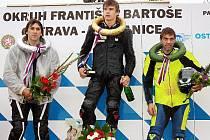 Závodník Motoclubu Kyjov Olin Hanák (uprostřed) ovládl v Ostravě závod 125 SP. Druhý skončil Miroslav Sedlo (vlevo), třetí byl Aleš Vochoč.