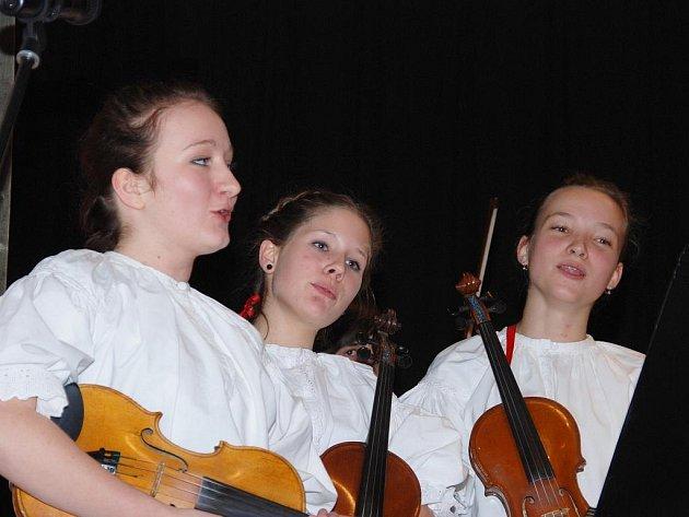 Účastníci čtvrtého ročníku mezinárodní tvůrčí dílny dětských muzik Muzičky 2009.