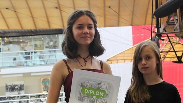 Sára Kántorová (na snímku vlevo) ze základní školy U Červených domků v Hodoníně vyhrála národní soutěž v Praze.