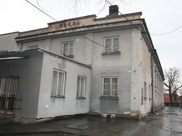 Sokolovna se dočká změn. Vymění okna, upraví toalety, přistaví zázemí pro účinkující a postaví byt pro správce.