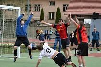 Národní házenkáři Veselí nad Moravou (v červenočerných dresech) prohráli doma s vedoucími Opatovicemi nad Labem 16:19 a v druholigové tabulce klesli na čtvrté místo.