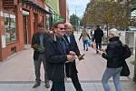 Premiér Bohuslav Sobotka v pondělí dopoledne navštívil Hodonín. V centru města rozdával růže. Podpořil tak místopředsedu Senátu Zdeňka Škromacha v kampani před druhým kolem senátních voleb na Hodonínsku.