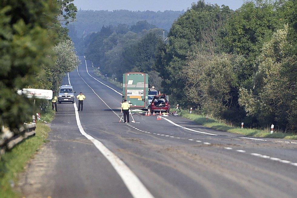 Při tragické nehodě u Sudoměřic na Hodonínsku zemřeli dva dospělí a dva chlapci.