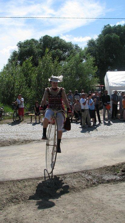 Po deseti letech je cyklostezka Ždánicko konečně hotová. Ještě k ní přibudou odpočívadla. Slavnostní zahájení se odehrálo ve Ždánicích v místě bývalého nádraží.