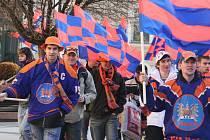 Pochod fanoušků hokejových Drtičů od hodonínské radnice na nádraží.