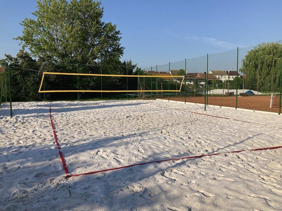 Nové hřiště na plážový volejbal u rybníčku v Mistříně Na Dolině.