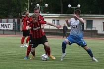 Fotbalisté FK Hodonín (v červenočerných dresech) mají po pěti kolech dvanáct bodů.