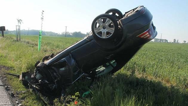 Mladý řidič při předjíždění havaroval.