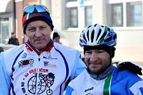 Šestého ročníku silvestrovské cyklovyjížďky Tour de Kyjov – poslední kilometr se zúčastnili i Jan Bárta (vpravo) a Josef Zimovčák.