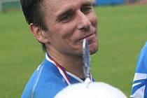 Šestatřicetiletá ikona mikulčického fotbalu. Luděk Urbánek s pohárem pro vítěze okresního poháru.