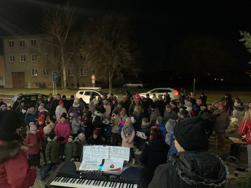 Česko zpívá koledy ve Vracově, o organizaci se tam postaral Dům dětí a mládeže Vracov s folklórnim kroužkem Lipinka.