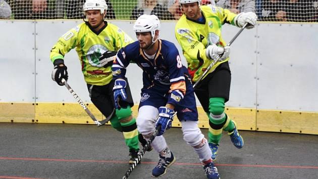 Hokejbalisté Sudoměřic (ve žlutém) prohráli v úvodním zápase nové extraligové sezony s Ústí nad Labem 2:3 po samostatných nájezdech.