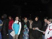 V Dubňanech před městským úřadem se příchozí zahřívali svařákem.