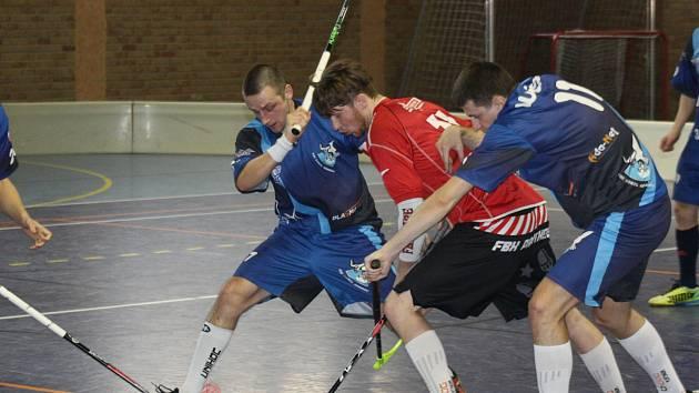 Florbalisté Ratíškovic zdolali Adamov 1:0. Jediný gól dramatického střetnutí vstřelil útočník Panterů Tom Blaha (v červeném dresu).