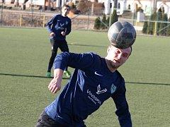 Fotbalisté Mutěnic zdolali v předposledním přípravném zápase Krumvíř 2:1. Na snímku hlavičkuje domácí záložník Vít Lamáček.
