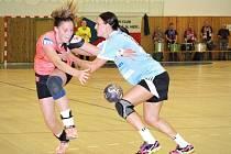 Zkušená veselská pivotka Angelina Viniatynská (vpravo) pozorně brání hráčku Sokola Písek. Panenky v 5. kole interligy zvítězily 30:28.