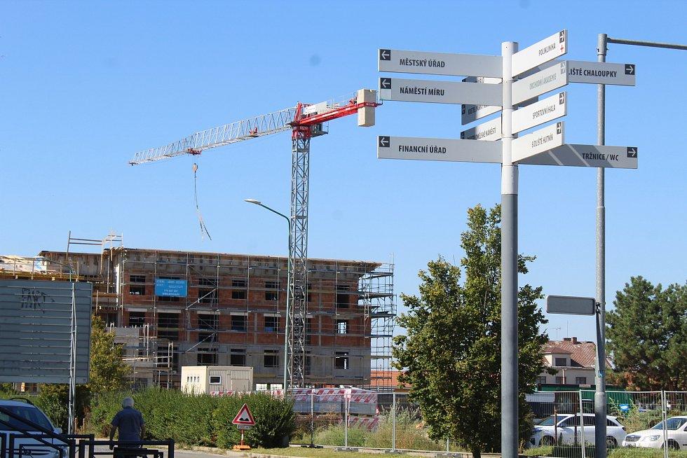 Výstavba prvního z trojice polyfunkčních domů na bývalé tržnici ve Veselí nad Moravou. Stav ve čtvrtek 9. září 2021.