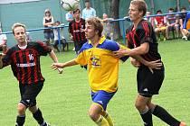 Fotbalisté Velké nad Veličkou (v pruhovaném) obklíčili hráče Blatnice. Z postupu se nakonec radovali domácí, kteří lépe zvládli penaltový rozstřel.