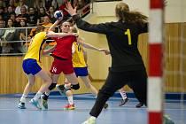 České házenkářky prohrály v úvodním zápase kvalifikace o postup na ME 2017 se Švédskem 13:19. Na snímku střílí hodonínská spojka Nikola Klainová (v červeném dresu).