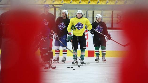 Hodonínští druholigoví hokejisté kvůli opravě světel na Zimním stadionu Václava Nedomanského trénují v sousední Břeclavi.