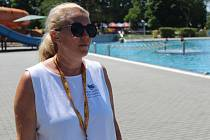Irena Poláková na letním koupališti v Hodoníně v první den sezony 2021. Plavčicí je už čtrnáct let.
