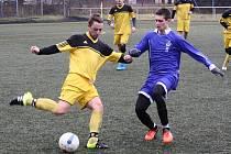 Kyjovští fotbalisté v přípravě přehráli Sobůlky 5:0. Za domácí se dvakrát trefil záložník Martin Riedl (na snímku v modrém).