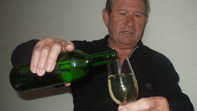 Ladislav Macek nalévá jeden ze vzorků bílého vína.