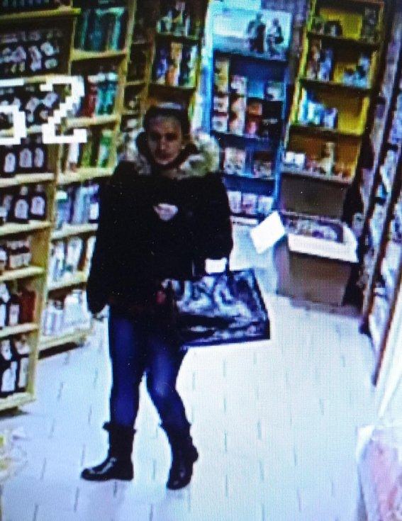 Protiprávní jednání z loňského prosince, ke kterému došlo v prodejně Kousek zdraví v Hodoníně, prošetřuje policie. K objasnění okolností by mohli přispět i případní svědci, které zachytily fotografie.