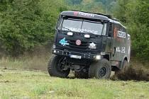 Závodník rally Aleš Loprais přijel v sobotu na hraniční přechod mezi Velkou nad Veličkou a Vrbovci, aby podpořil benefiční akci Rally Dakar pro dětské domovy.