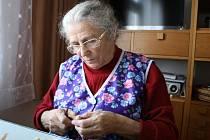 Ludmila Kočišová vyrábí již řadu let figurky ze šústí. Na Vánoce připravuje andělíčky a betlémy.