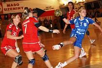 Mladá veselská spojka Monika Rajnohová (v modrém) zaznamenala proti Senci tři góly. Slovácký celek vyhrál na půdě nováčka 27:24.