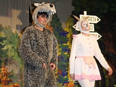 Necelou hodinu hráli ochotníci v Obecní hale v Šardicích divadelní pohádku pro děti.