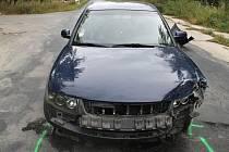 Nehoda mezi Dubňany a Mutěnicemi. Mladý řidič v Passatu při najíždění na hlavní nedal přednost osobnímu autu značky Mercedes.