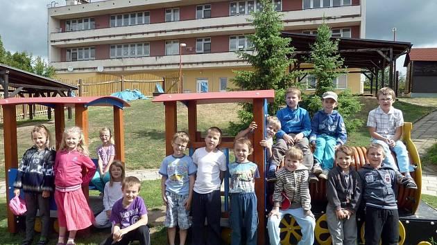 Šardické děti mají u školy i zahradní vláček.