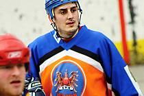Hokejista Petr Peš poprvé nastoupil v okresní hokejbalové lize. Jednou asistencí pomohl Gladiátorům k výhře 3:2 nad Vlky A.