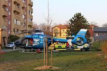 Vrtulník, záchranka a policie. To vše si v neděli po šesté večer vyžádal pád mladého muže z balkonu jednoho z domů nedaleko mateřské školy v hodonínské Družstevní čtvrti.