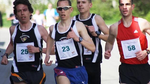 Běžec Martin Kučera (č.23) s bratrem Lukášem (č.25).